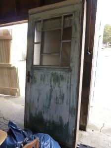 Gammal spegeldörr med board på utsidan.