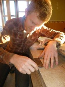 Fiolmakaren hjälper oss att tillverka sicklar av en gammal fogsvans.