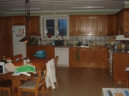 Så här såg köket ut när vi började med plastgolv och skåpluckor av ek.