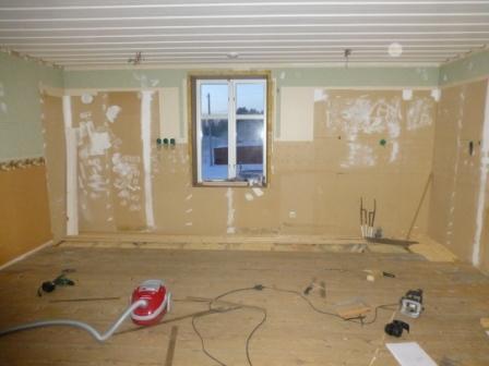 Efter att skåpinredningen rivits bort och det lilla fönstret bytts ut till ett fullstort såg det ut så här sommaren 2012.