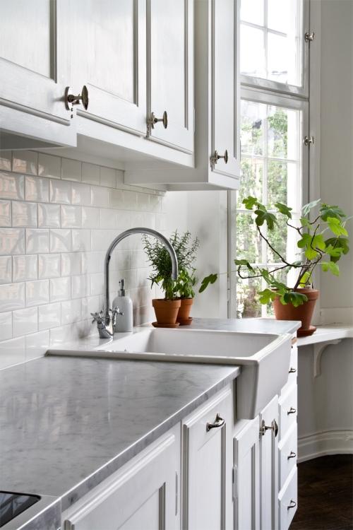 Kök med bänkskiva i marmor från Byggfabriken.