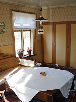 Köket i sommarhuset målades med gullockra linoljefärg från Gysinge.