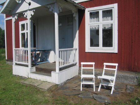 Vårt fd sommarhus. Allt vita detaljer utvändigt målade vi med bruten vit linoljefärg från Engwall & Claesson.