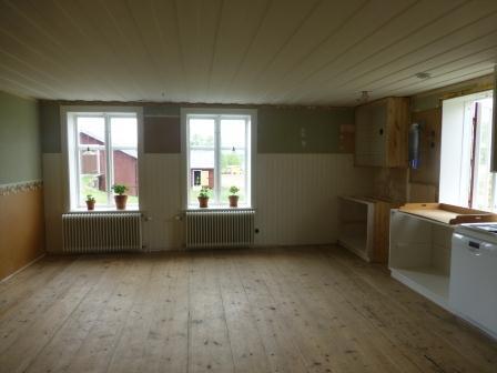 Köket tömt på byggmaterial och redo för städning.
