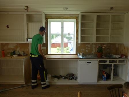 Första bänkskivan monteras på plats framför fönstret.