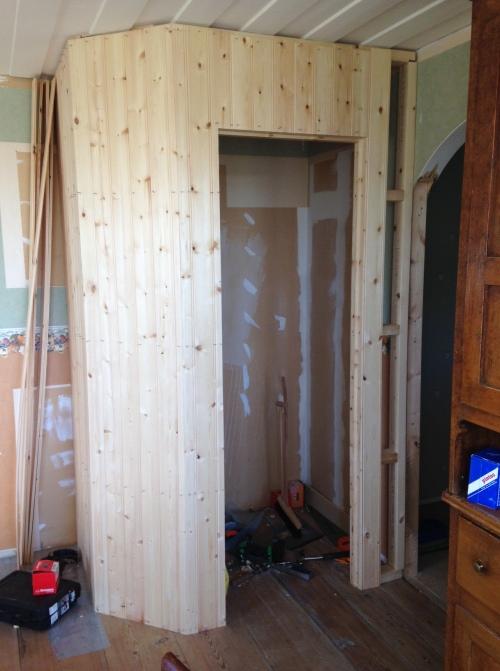 Utsidan av skafferiet kläs med pärlspont.