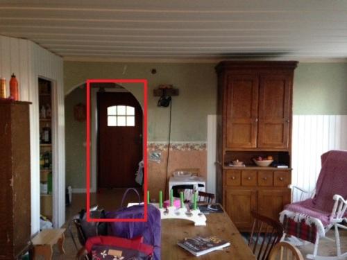 Med dörröppningen placerad till vänster om väggens mitt.