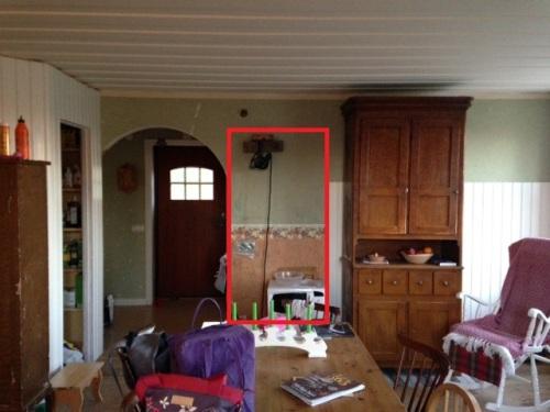 Med dörröppningen placerad mitt på väggen.