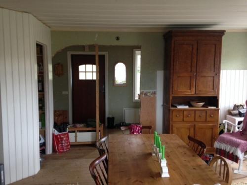 Köksväggen mot hallen efter att det nya dörrhålet tagits upp.
