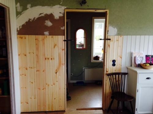 Ny vägg mellan kök och hall.