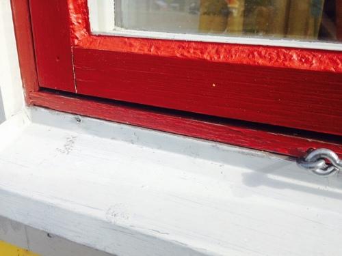 Flagnande färg på fönsterkarmen.