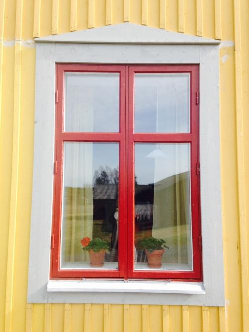 Fönster renoverat med modernt färgsystem.