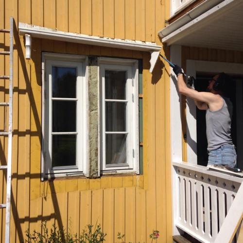 Steg 1. Riva bort foder och fönsteröverstycken kring de gamla fönstren.