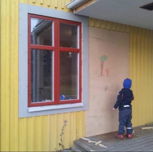 ...nu är här en vägg (fasadpanel får också vänta till nästa sommar).